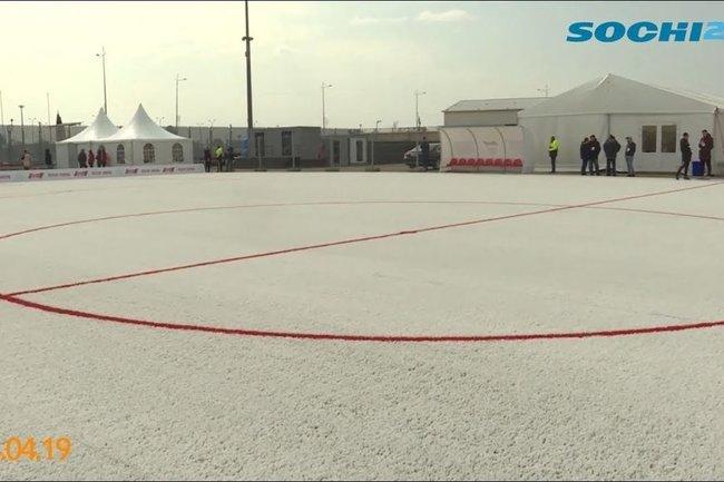 В Сочи презентовали новое футбольное поле из переработанных пластиковых стаканчиков.