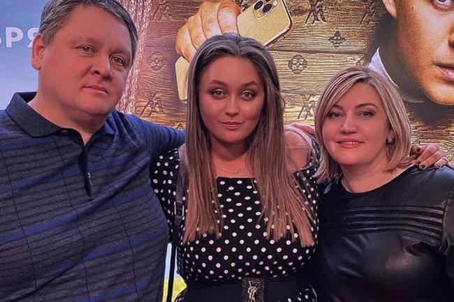 Софья Зайка  (в центре) с родителями