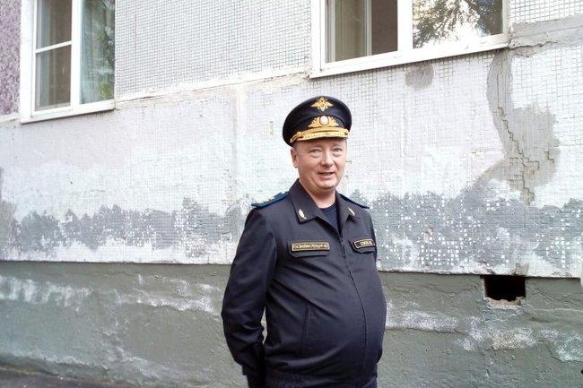 Вадим Соков возле одного из пушкинских домов в микрорайоне Дзержинец