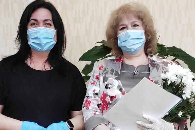Марина Трескова поздравила жителей Лабытнанги  когда передала им свидетельства.