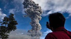 На Суматре жители задыхаются от выброшенного вулканом пепла