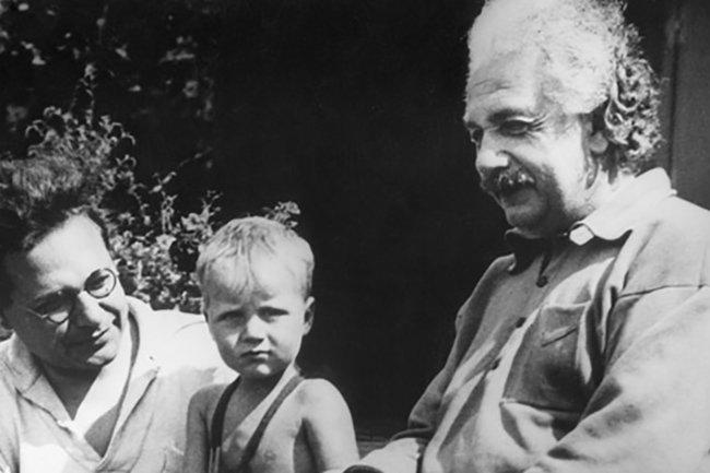 У Эйнштейна было двое детей. Ганс Альберт (на фото с ребенком) и Эдуард.