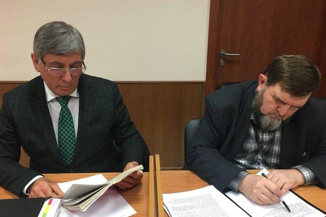 Махмуд Велитов (справа) со своим адвокатом