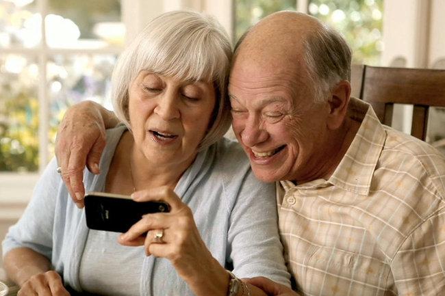 смартфон пожилой человек