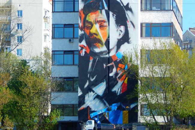 Портрет Максима Горького появился на стене здания в Нижнем Новгороде
