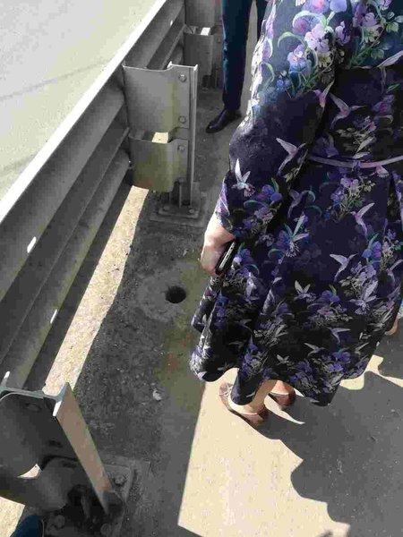 Отверстие для слива воды на мосту через Серебрянку в микрорайоне Арманд