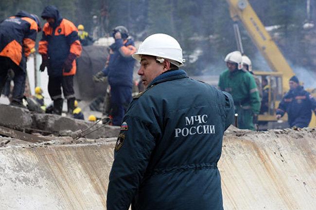 Неменее 400 горняков эвакуировали изгорящей шахты вКемеровской области