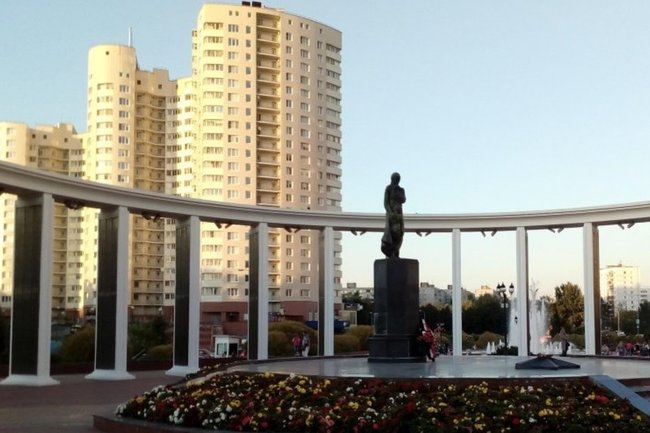 Монумент «Скорбящая мать» на пересечении улицы Чехова и Московского проспекта.