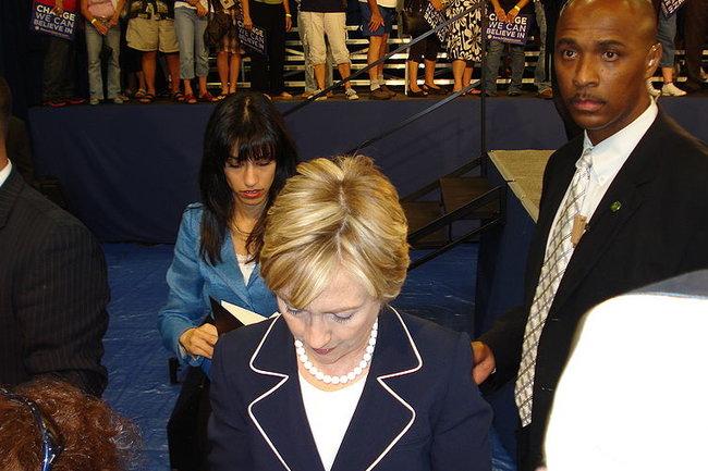 Хума Абедин (позади Хиллари Клинтон)