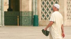 На воротах крымской мечети нарисовали свастику