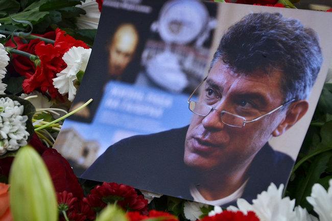 Возложение цветов к месту расстрела Бориса Немцова