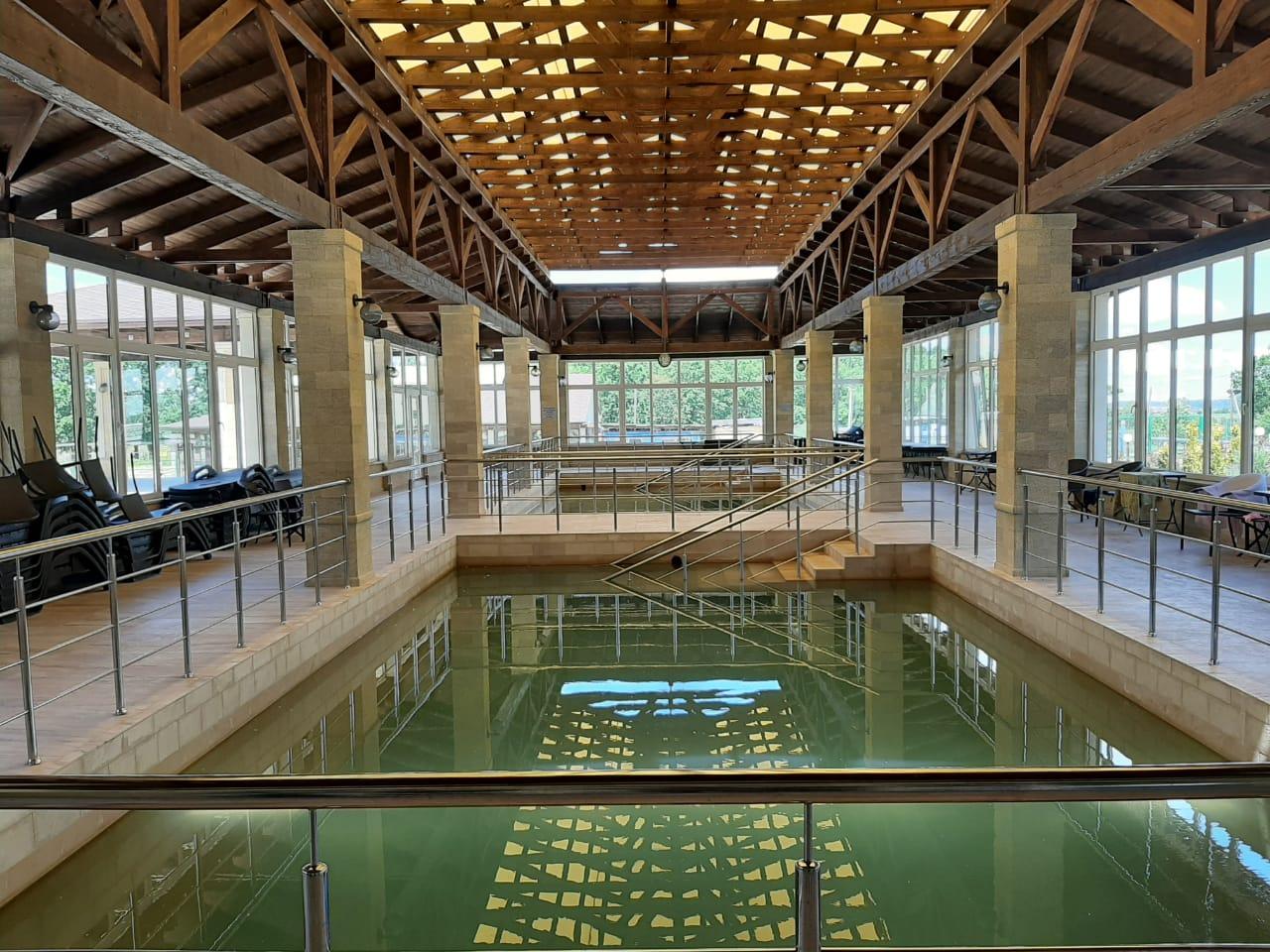 На территории курорта два бассейна с термальной водой
